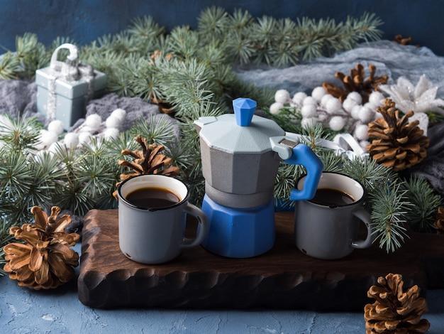 Natal com moka maker e café em xícaras
