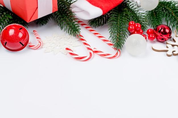 Natal com ramos de abeto, presentes, brinquedos de natal