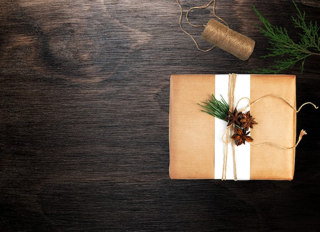 Natal com um fio marrom natural de pacote e galho de árvore