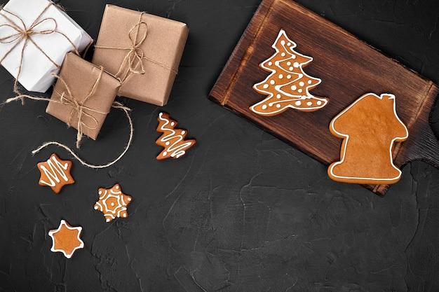 Natal composição natal biscoitos presentes decoração festiva em fundo preto plano leigos vista de cima wi ...