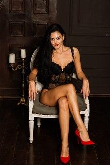 Natal, conceito de ano novo. linda mulher em lingerie, meias posando dentro de casa