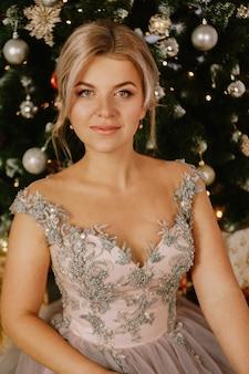 Natal, conceito de férias de inverno. mulher bonita em vestido longo de noite