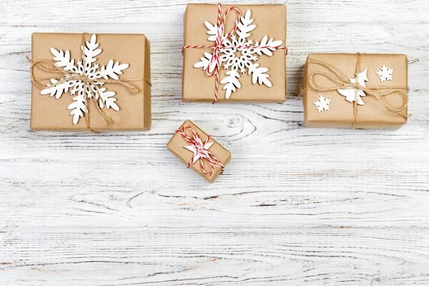 Natal de madeira com caixas de presente e decoração, vista superior