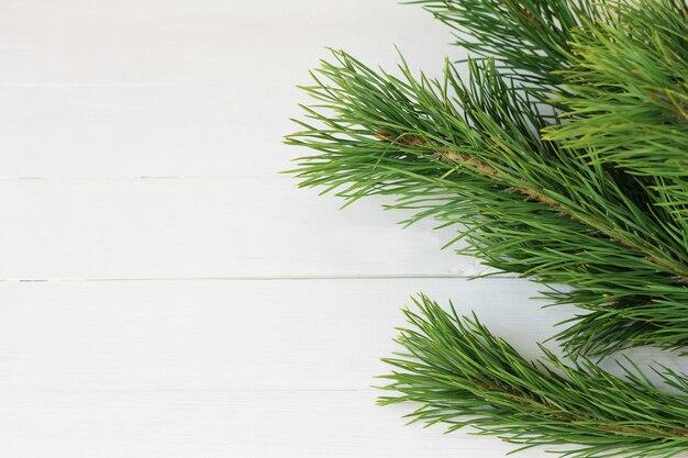 Natal de madeira com decoração natural, abeto e cones. fundo de madeira rústico, vista de cima. vista plana leiga, superior.