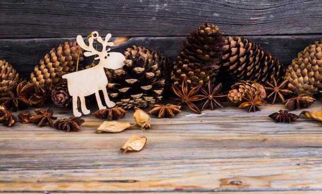 Natal, decorações do feriado, em fundo de madeira
