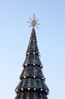 Natal decorou a árvore de natal no fundo do céu azul
