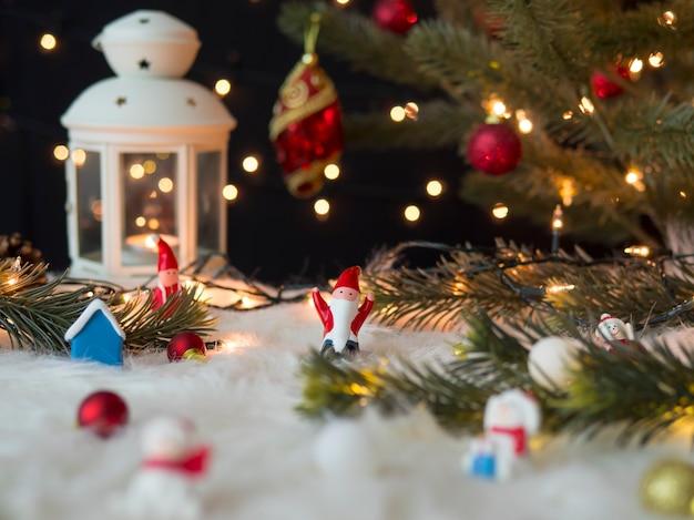 Natal e ano novo com boneco de neve de papai noel, bolas, galhos de pinheiro e lanterna vintage