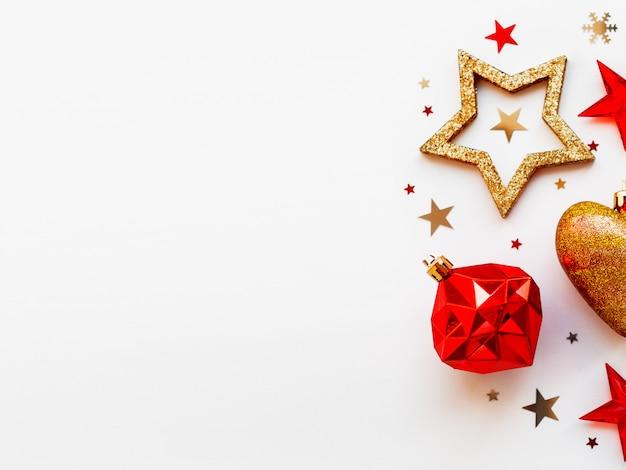 Natal e ano novo com decorações, em forma de um círculo.