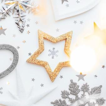 Natal e ano novo com espumante pinheiro, coração, flocos de neve e confetes estrelas.