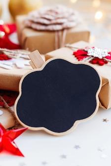 Natal e ano novo com lousa de nuvem, presentes e decorações para árvore de natal. férias com confetes de estrelas e lâmpadas. .