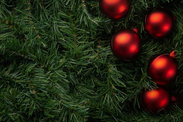 Natal e ano novo com pinheiro verde e bolas vermelhas