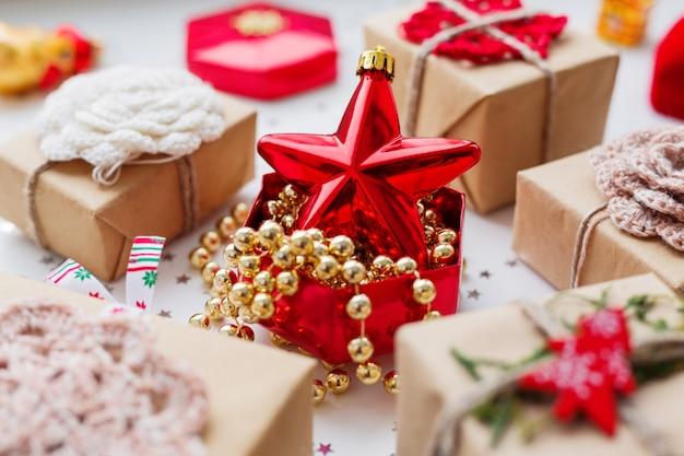 Natal e ano novo com presentes e decorações.