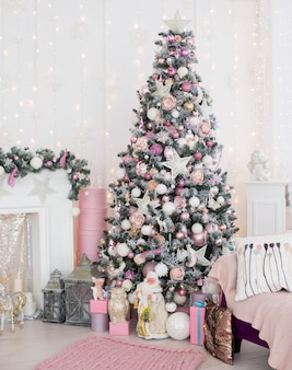Natal e ano novo decorado quarto interior rosa com presentes