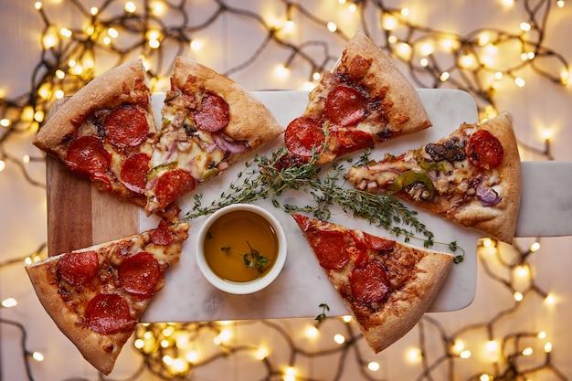 Natal e ano novo festivo. pizza italiana calabresa em placa de corte de mármore