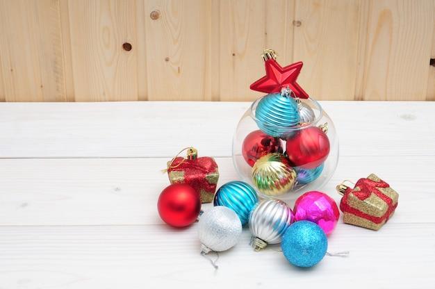 Natal e brinquedos e um aquário de vidro sobre uma superfície de madeira
