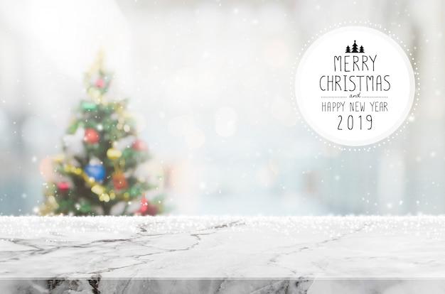 Natal e feliz ano novo 2019 na mesa de pedra em mármore branco vazio no borrão bokeh chri