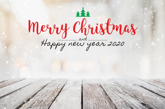 Natal e feliz ano novo 2020 na mesa de madeira vazia