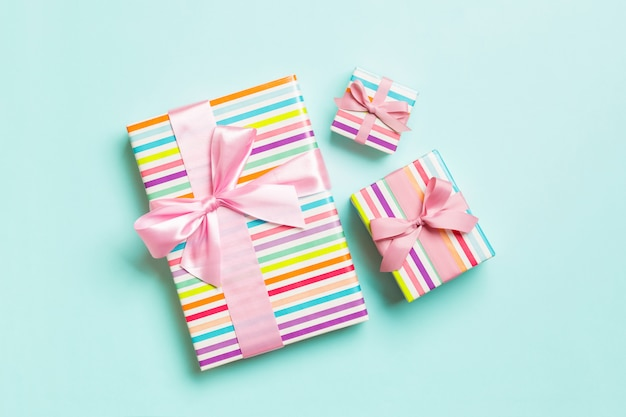 Natal embrulhado ou outro presente artesanal de férias em papel com fita rosa em fundo azul