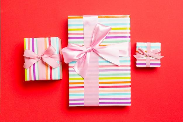 Natal embrulhado ou outro presente artesanal de férias em papel com fita rosa