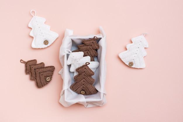 Natal feito à mão. abeto tricotado em caixa de presente em cor pastel