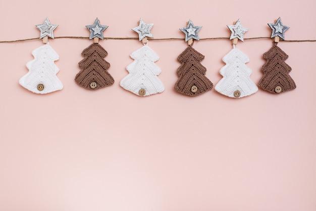 Natal feito à mão. abeto tricotado em uma linha em uma corda