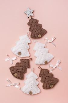 Natal feito à mão. abetos de malha com decoração são dispostos