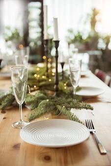 Natal, feriados e conceito de alimentação - mesa servida para jantar festivo em casa