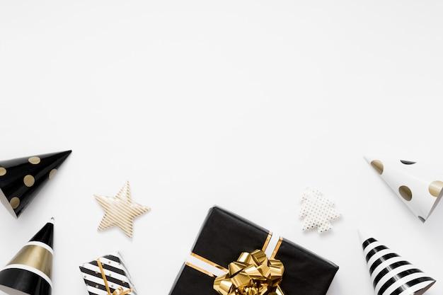 Natal flatlay. presentes de natal, enfeites pretos e dourados sobre fundo branco. vista plana, vista superior, cópia espaço