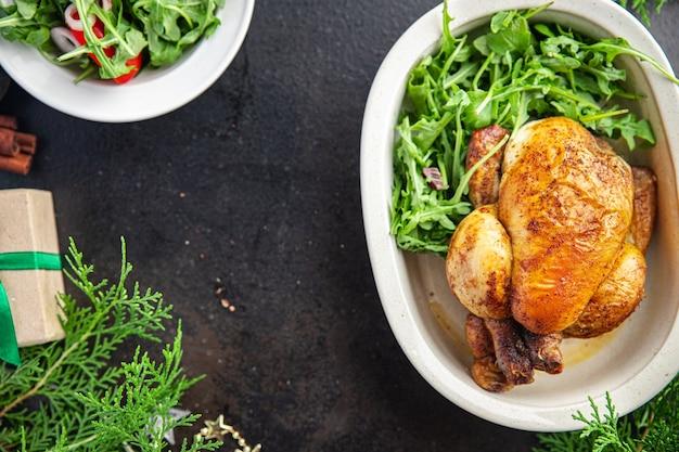 Natal frango ou peru mesa de ano novo deleite jantar em família frango coquelet porção fresca
