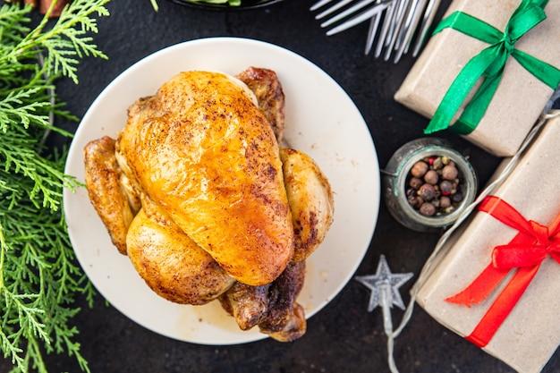 Natal frango ou peru mesa de ano novo deleite jantar em família frango coquelet porção fresca Foto Premium