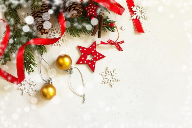 Natal, fundo do conceito de ano novo. composição de natal. ramos de abeto e decorações vermelhas com efeito bokeh de luz.