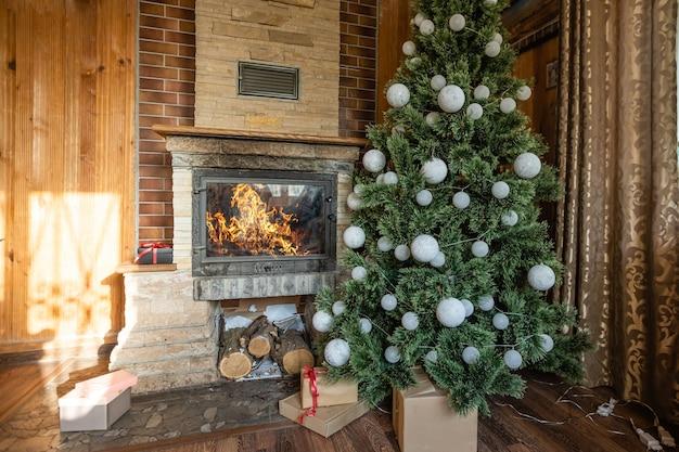 Natal interior rústico, árvore de natal em uma velha casa de madeira