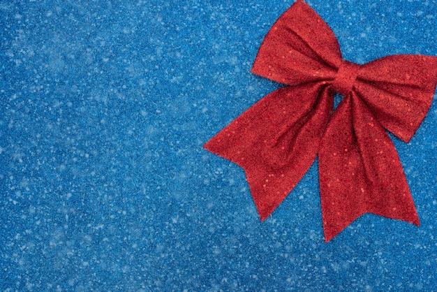 Natal, inverno ou outro feriado fundo azul com laço vermelho