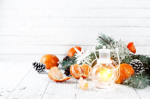 Natal latern sobre um fundo branco de madeira