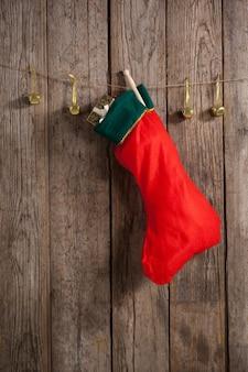 Natal meia vermelha pendurada em uma corda