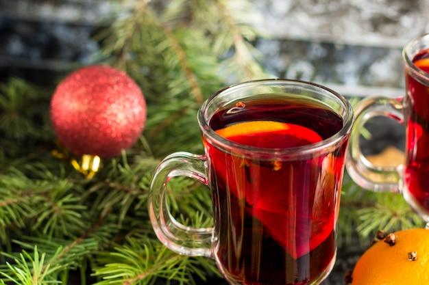 Natal mulled vinho com biscoitos de gengibre anis cravo e canela laranja e abeto na mesa escura