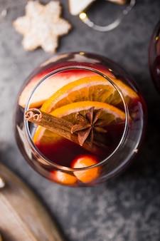Natal mulled vinho em círculo delicioso feriado de copos como festas com especiarias de canela anis estrelado. bebida quente tradicional em copos de círculo ou bebida, coquetel festivo no natal ou ano novo