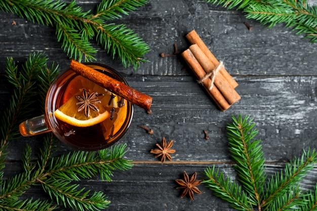 Natal mulled vinho em uma caneca em uma mesa de madeira