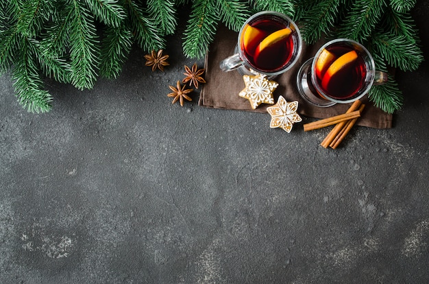 Natal mulled vinho tinto com especiarias no fundo escuro de concreto