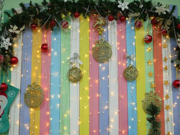 Natal multicolorido com lâmpadas e fundo listrado de árvore de natal. foto de alta qualidade