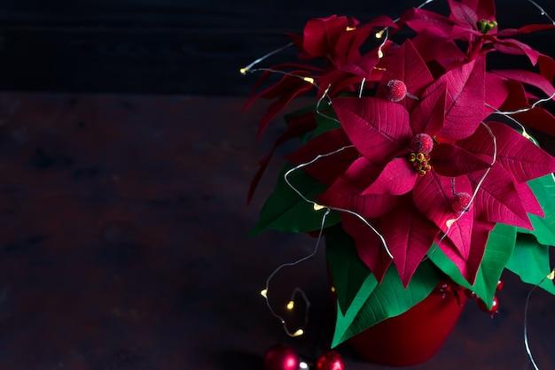 Natal natureza morta com poinsétia, gaultheria e decorações na mesa de madeira