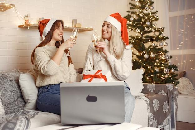 Natal online. comemoração de natal de ano novo na quarentena de bloqueio de coronavírus.