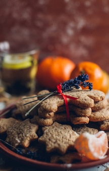 Natal ou ano novo gingerbread cookies em um prato