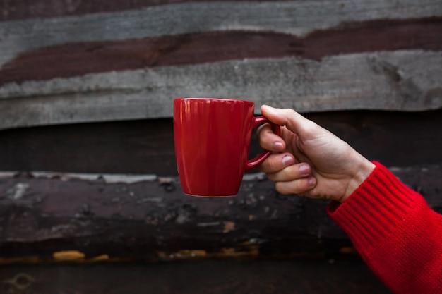 Natal ou ano novo, o cara segura uma xícara de café