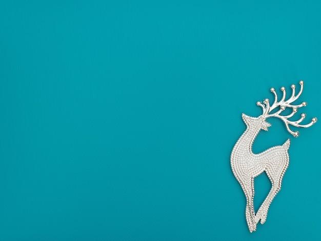 Natal ou inverno azul com um veado. cartão de ano novo.