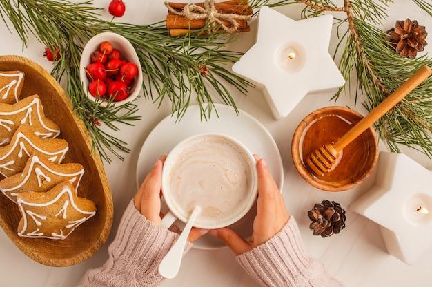 Natal plana leigos com biscoitos de gengibre e cacau. conceito de plano de fundo de natal.