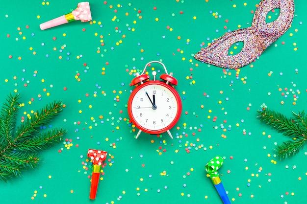 Natal plana leigos com despertador vermelho