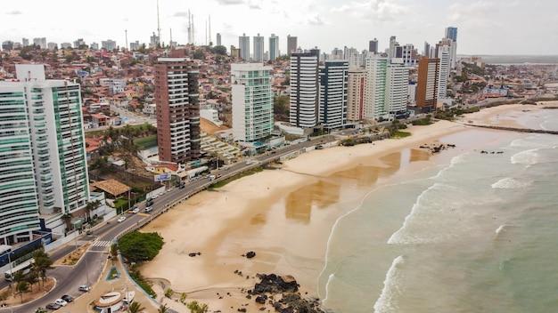 Natal, rio grande do norte, brasil - 12 de março de 2021: bela imagem aérea da cidade de natal, rio grande do norte, brasil.