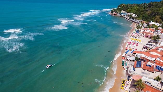 Natal, rio grande do norte, brasil - 12 de março de 2021: imagem aérea da praia de pipa no rio grande do norte