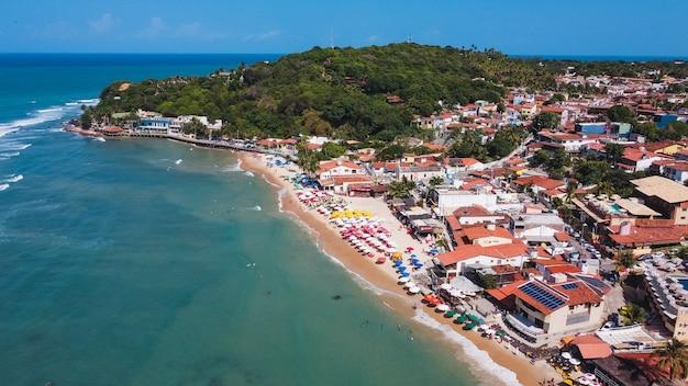 Natal, rio grande do norte, brasil - 12 de março de 2021: praia de pipa no rio grande do norte